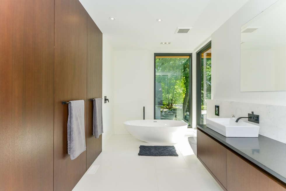 Rockcliffe Park: modern Bathroom by Flynn Architect