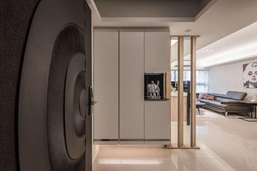 玄關:  走廊 & 玄關 by 你你空間設計