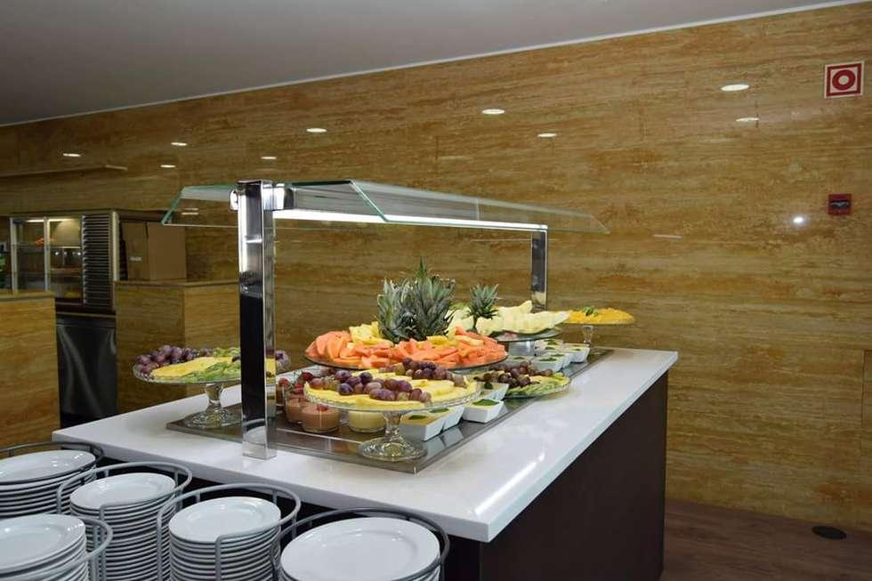 Móvel de sobremesas: Bares e clubes  por Área77 - arquitectura, engenharia e design, lda