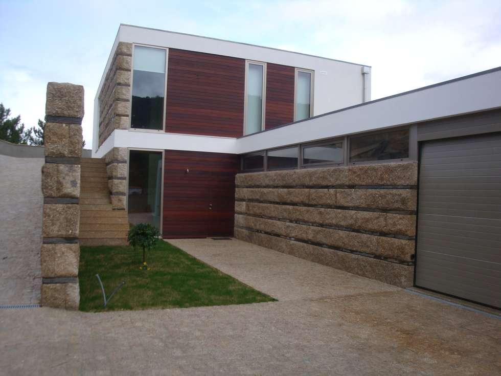 Vista geral do edificio: Casas modernas por Área77 - arquitectura, engenharia e design, lda