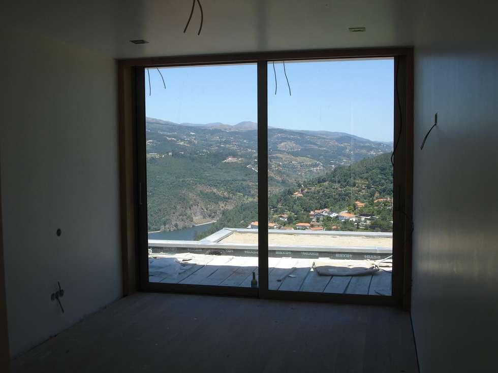 Quarto e vistas: Casas modernas por Área77 - arquitectura, engenharia e design, lda