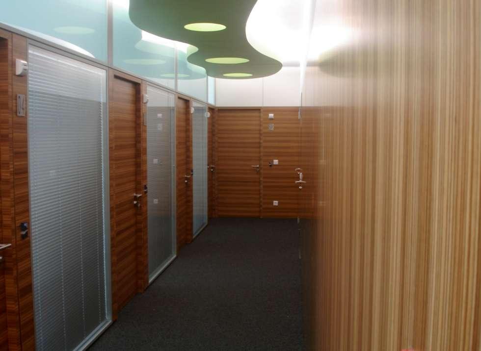 Corredor de circulação: Escritórios  por Área77 - arquitectura, engenharia e design, lda