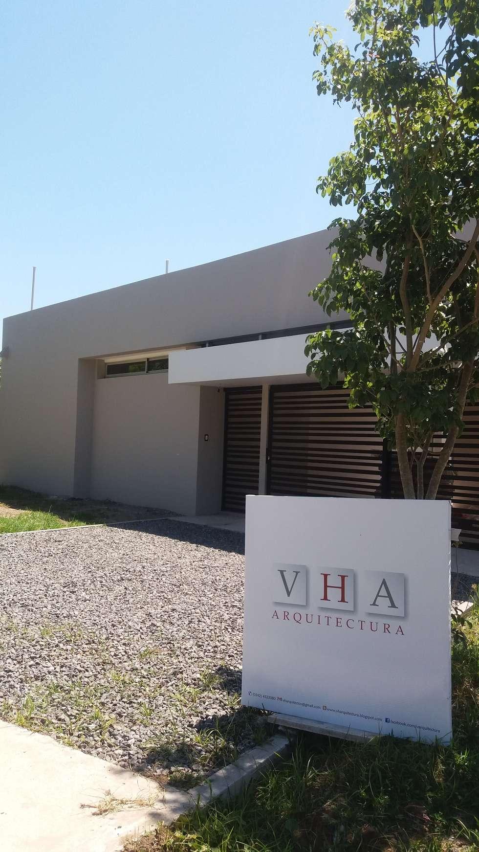 Ingreso - explanada-  fachada principal : Casas de estilo minimalista por VHA Arquitectura