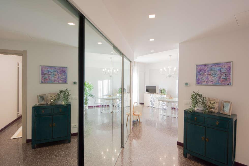 Ingresso: Ingresso & Corridoio in stile  di Lella Badano Homestager
