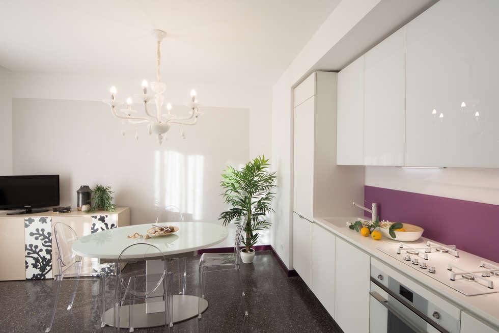Cucina/soggiorno, panoramica: Cucina in stile in stile Moderno di Lella Badano Homestager