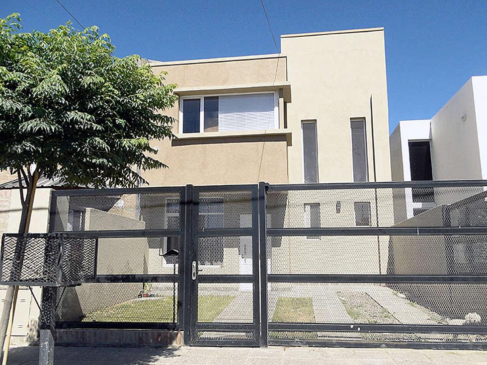 Duplex de 3 dormitorios en Cipolletti: Casas de estilo moderno por Lineasur Arquitectos