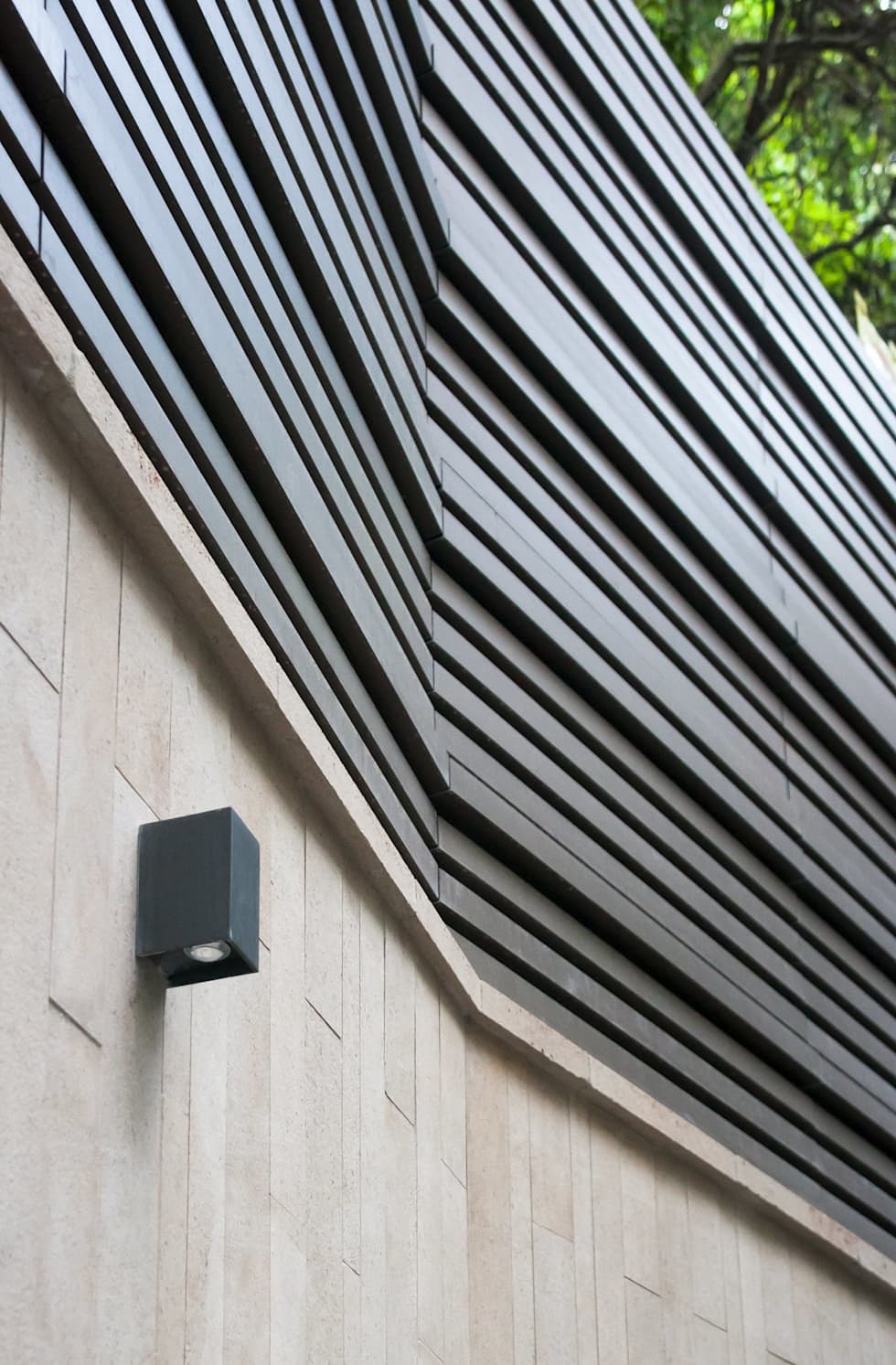 A Sturdy Fence Wall: modern Houses by Sensearchitects_Limited