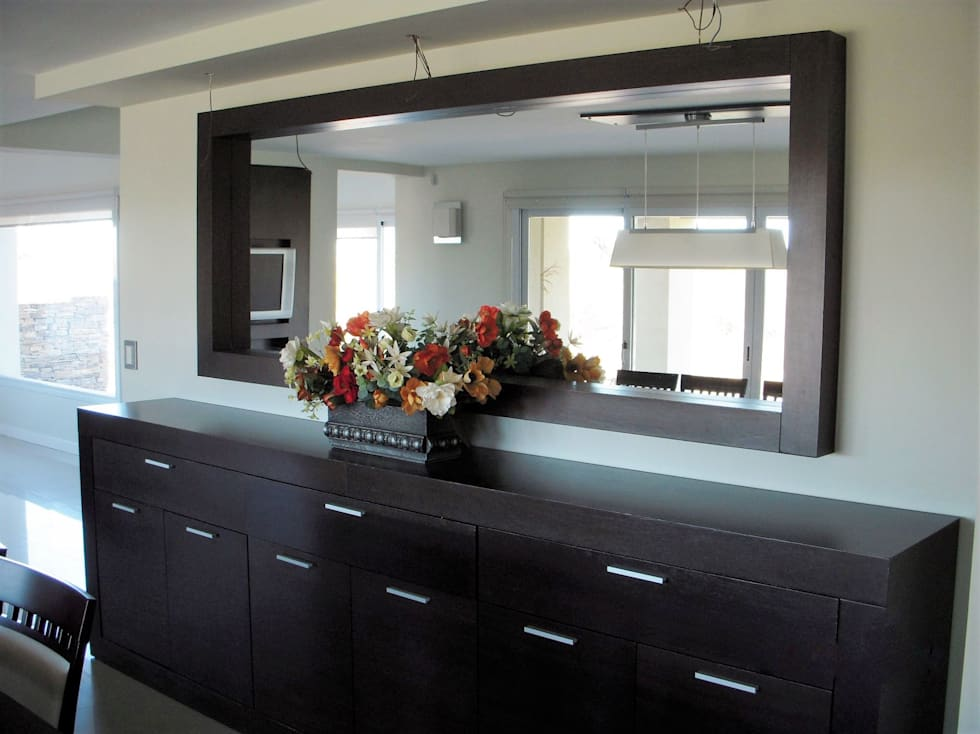 Bahiut con espejo comedores de estilo moderno por Comedores en madera modernos