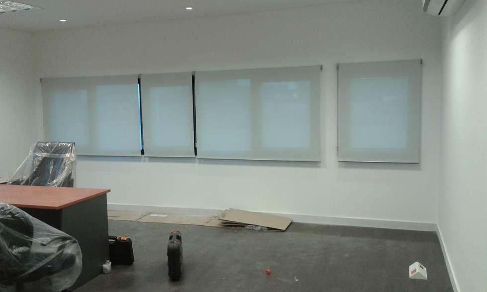 Cortinas screen: Estudios y oficinas de estilo clásico por Cortinas Cabildo. Persianas y ventanas          011-4781-4022   15-3567-6716