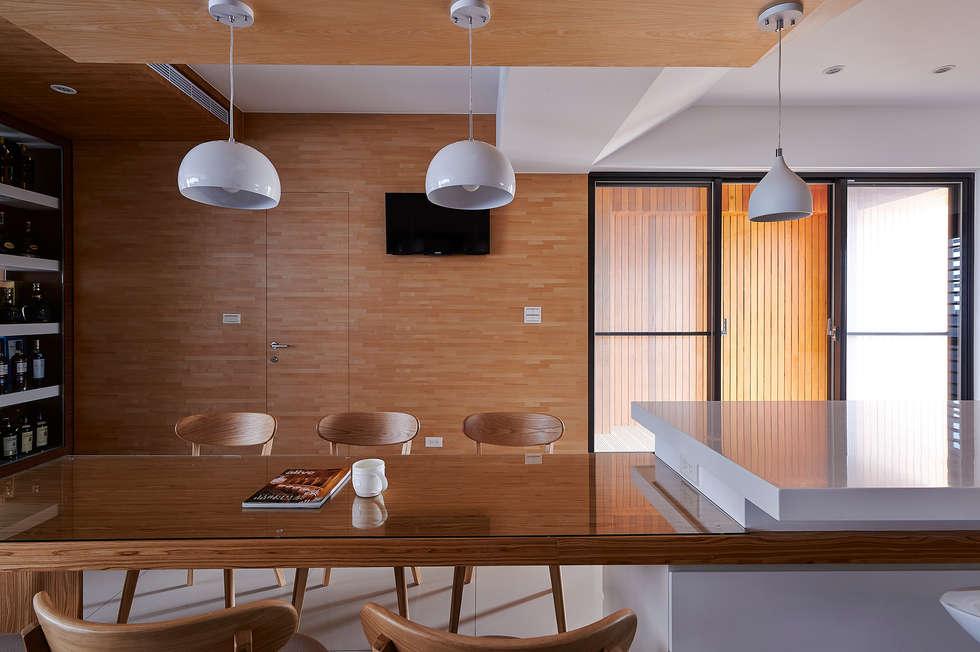 小坪數多元木活躍休閒風:  餐廳 by 瓦悅設計有限公司
