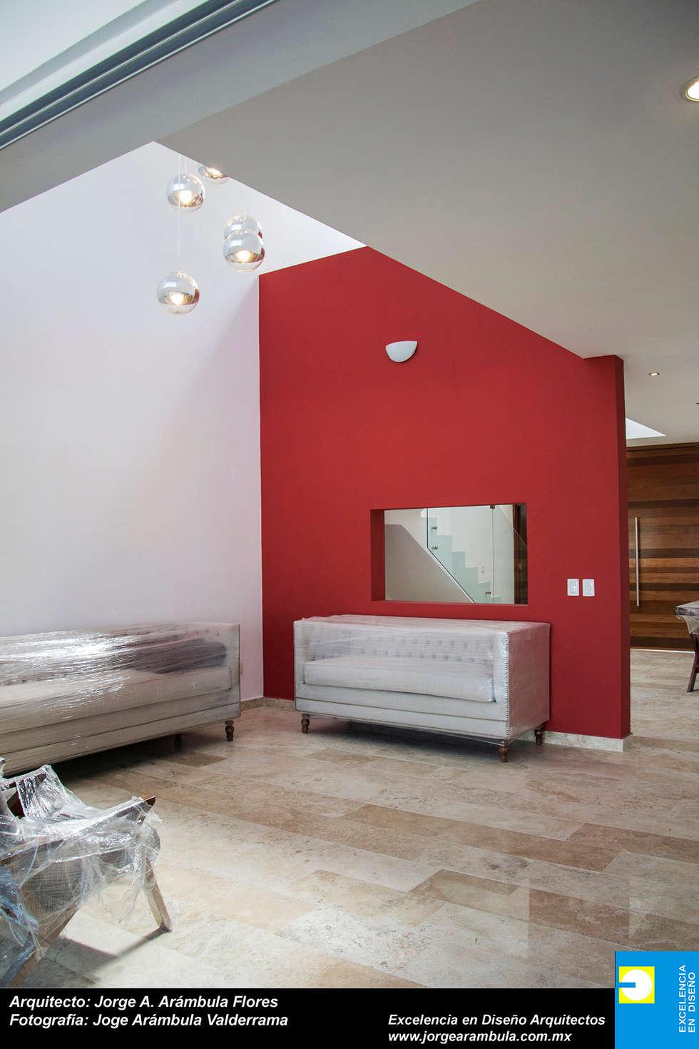 SALA: Salas de estilo minimalista por Excelencia en Diseño