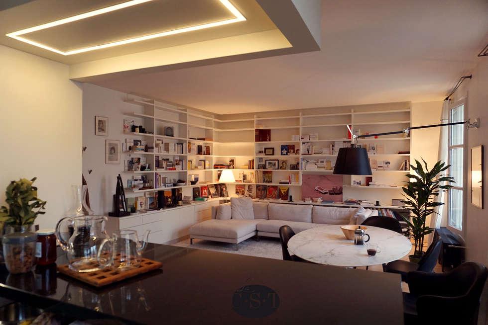 Bibliothèque en angle et ciel de bar éclairé: Salon de style de style Minimaliste par La C.S.T