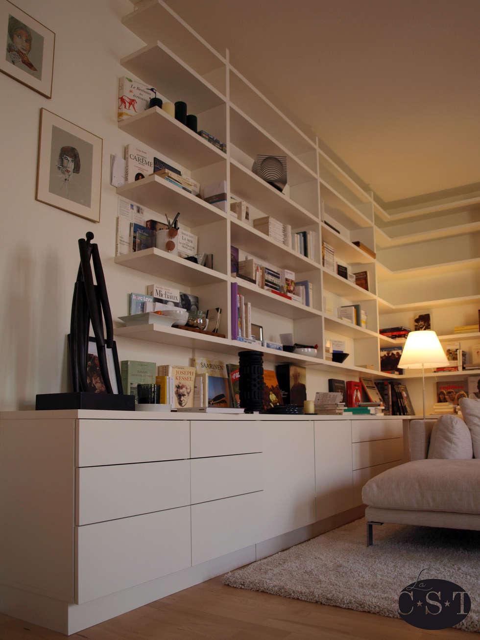 Bibliothèque en angle - détail: Salon de style de style Minimaliste par La C.S.T