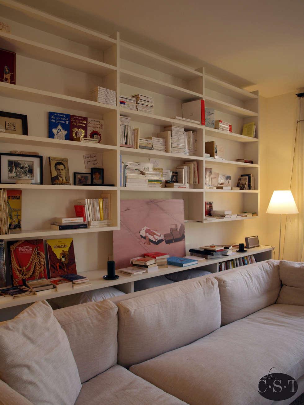 Bibliothèque de salon en angle: Salon de style de style Minimaliste par La C.S.T