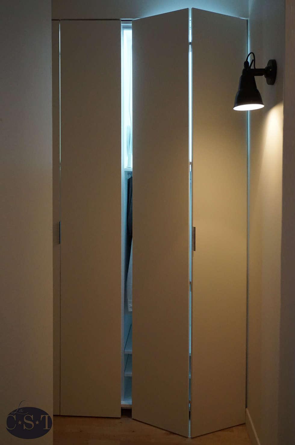 Penderie à portes coulissantes à soufflet: Chambre de style de style Minimaliste par La C.S.T