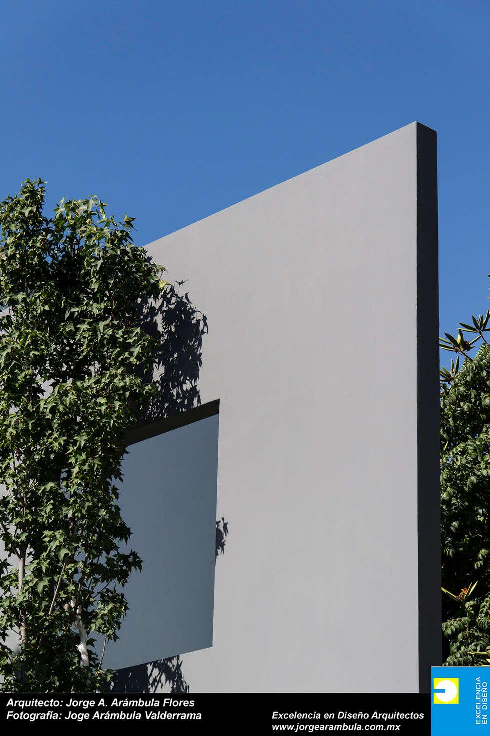ELEMENTO DE INGRESO: Casas de estilo moderno por Excelencia en Diseño