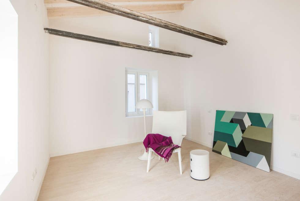 Camera Matrimoniale: Camera da letto in stile in stile Rustico di PADIGLIONE B