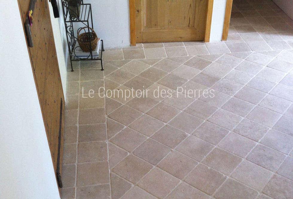 Pavés en pierre de Bourgogne: Couloir et hall d'entrée de style  par LE COMPTOIR DES PIERRES