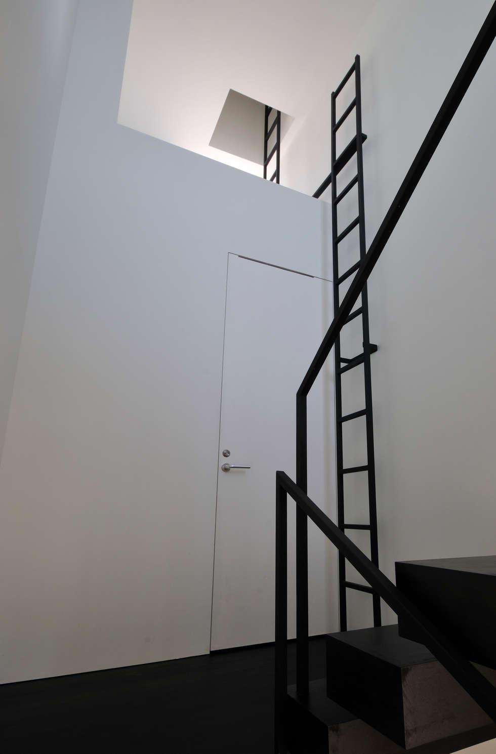 FRSW-HOUSE: 門一級建築士事務所が手掛けた玄関・廊下・階段です。