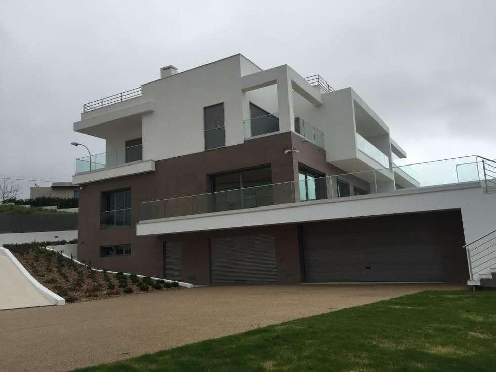 Moradia bifamiliar em Cruz Quebrada: Casas modernas por 2levels, Arquitetura e Engenharia, Lda