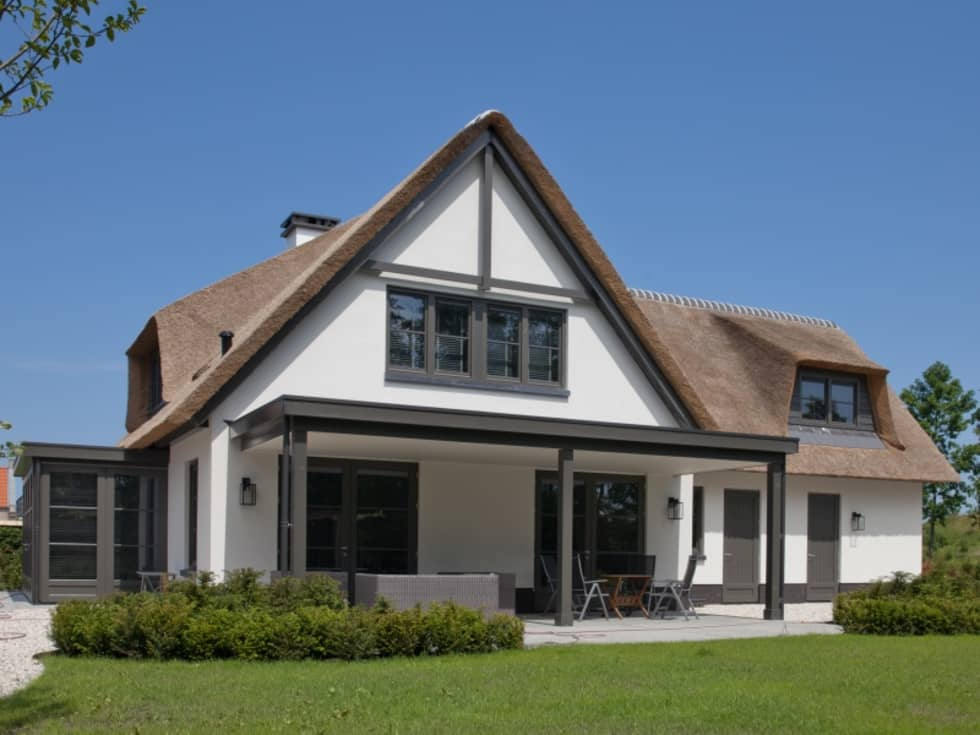 Riet gedekte woning leek moderne huizen door groothuisbouw
