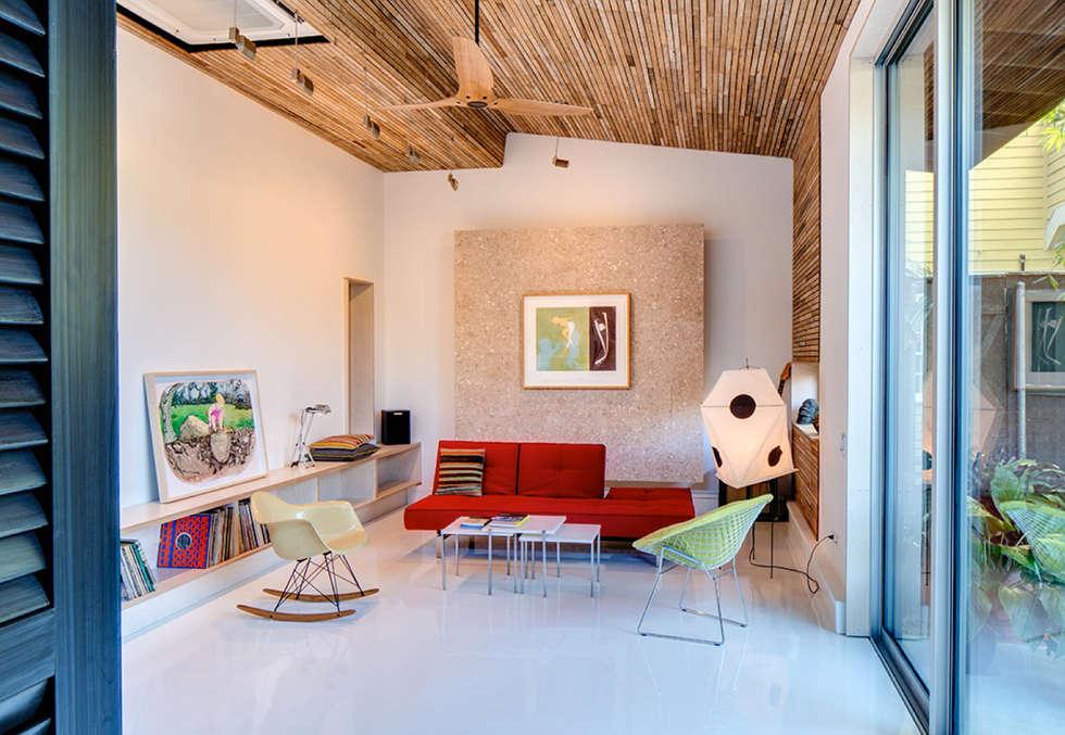 Studio Retreat, New Orleans: minimalistic Media room by studioWTA