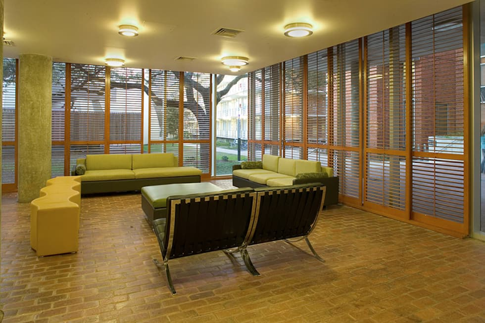 Wall Residential College, Tulane University, New Orleans: modern Living room by studioWTA
