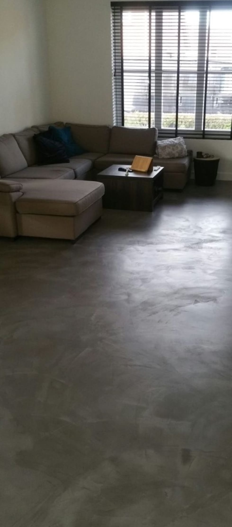 woonbeton van betonmarmer: industriële Woonkamer door stucamor