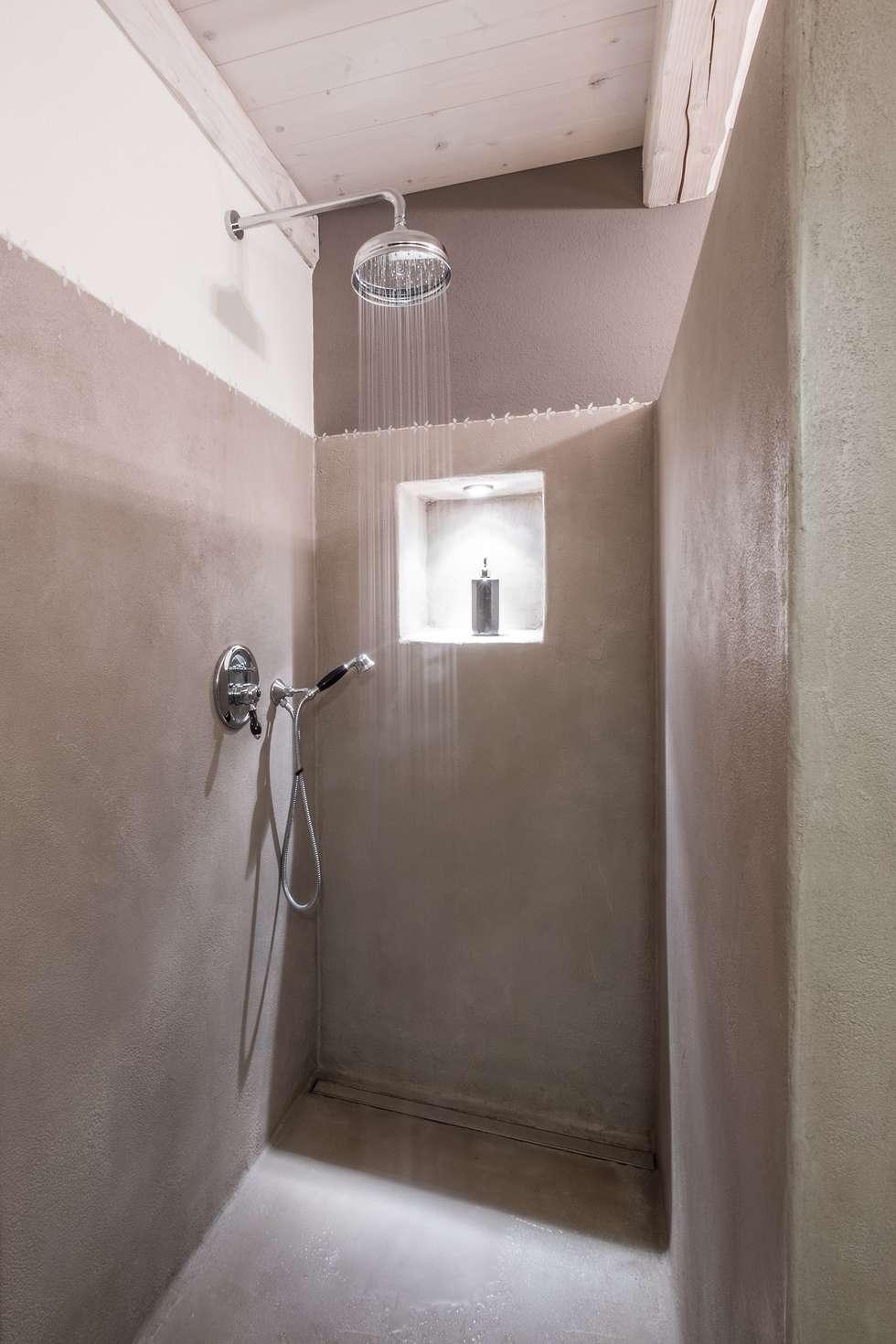 doccia: Bagno in stile in stile Coloniale di UAU un'architettura unica