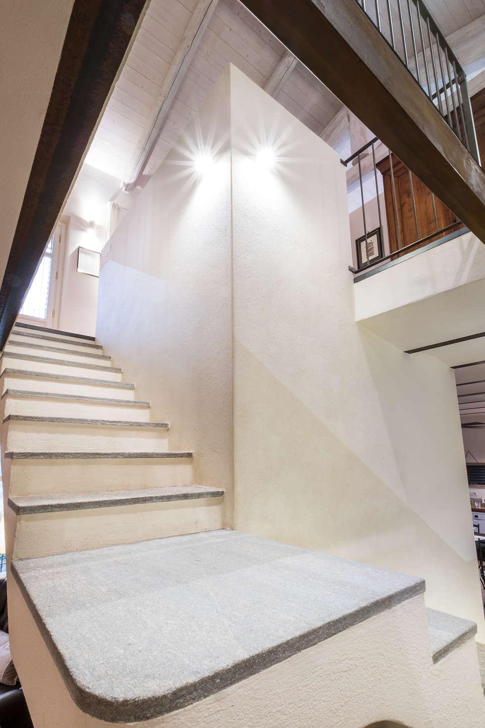 Scala : Ingresso & Corridoio in stile  di UAU un'architettura unica