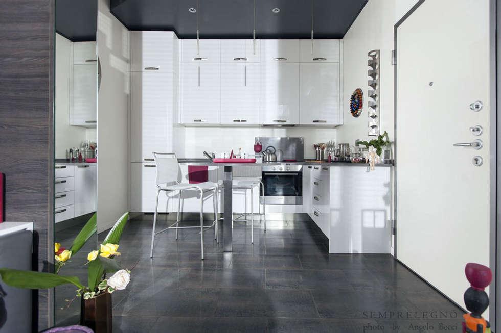 Cucina di design arredata con mobili realizzati su misura: Cucina in stile in stile Moderno di Semprelegno