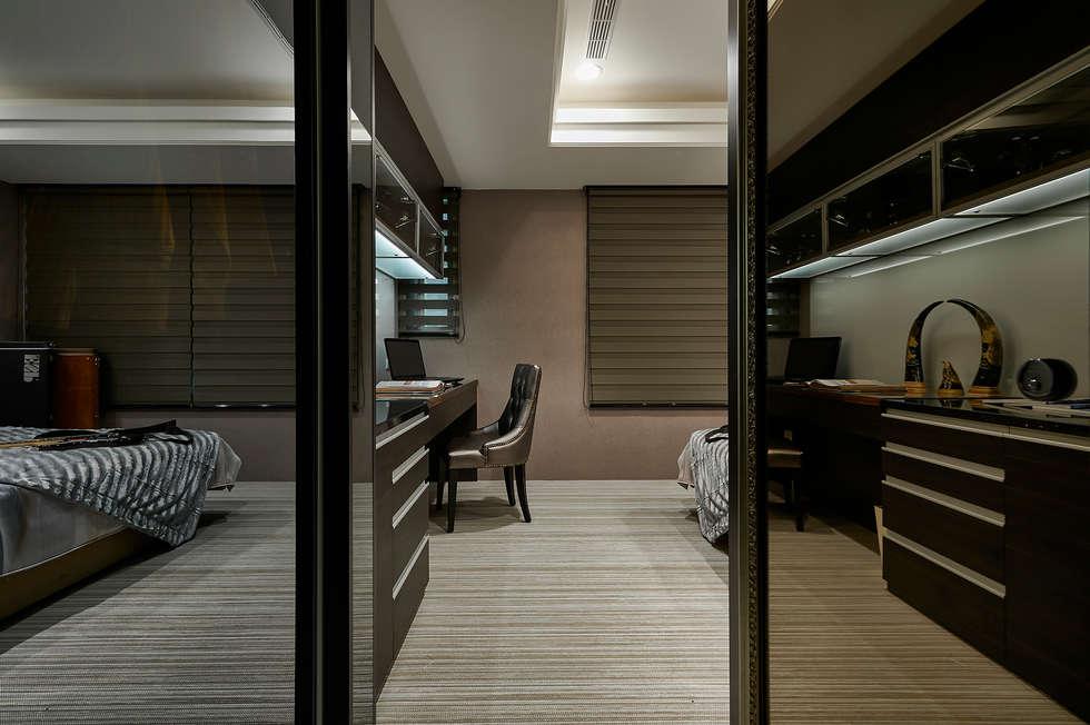 衣櫥走道變身時尚穿衣鏡:  臥室 by 青瓷設計工程有限公司