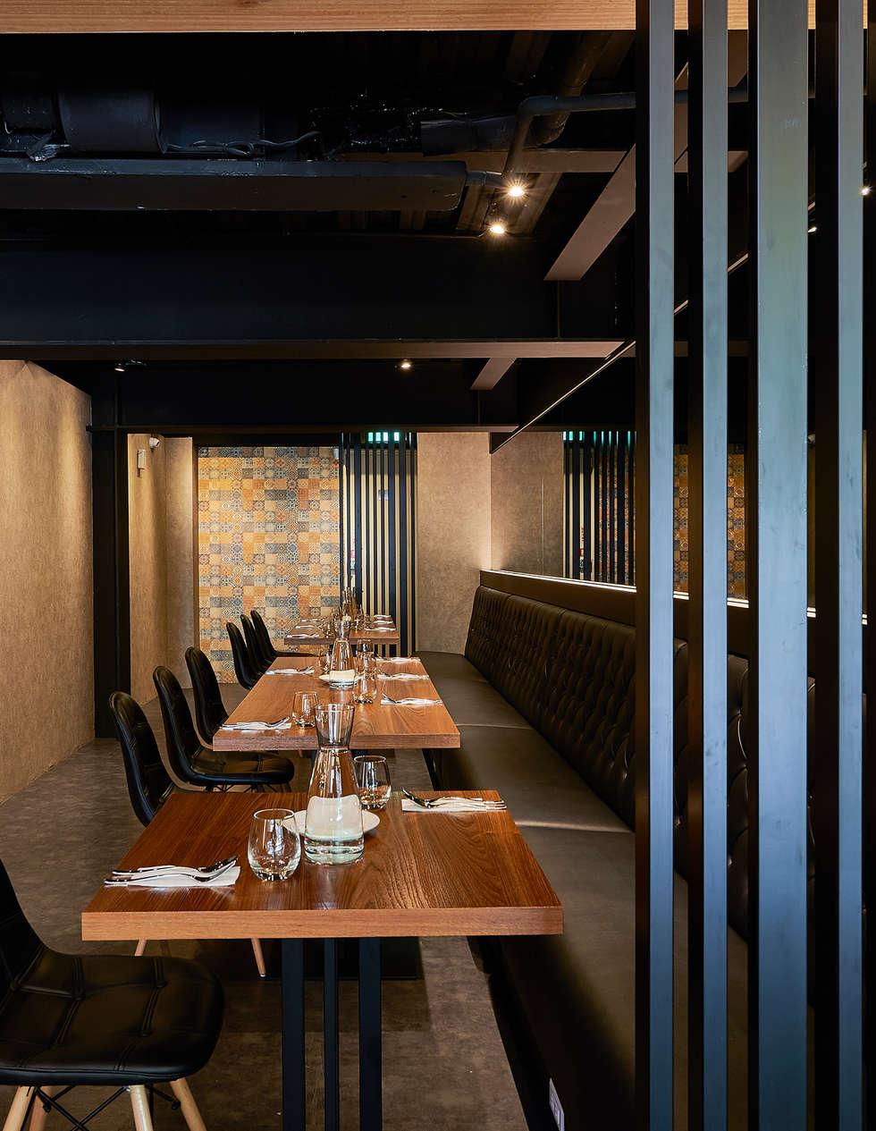 隱蔽且寬敞的靜謐沙發區:  餐廳 by 青瓷設計工程有限公司