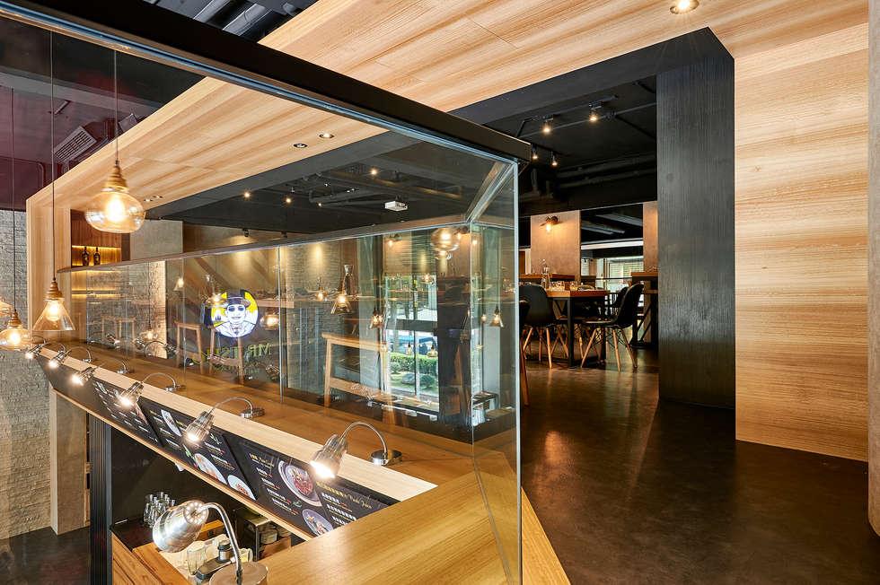 木質天花板創造包廂式的安定感:  餐廳 by 青瓷設計工程有限公司