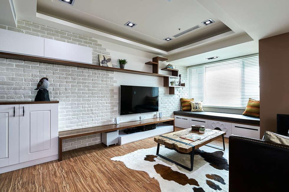 斑駁磚牆與樹狀層板櫃,凸顯復古與自然 :  客廳 by 青瓷設計工程有限公司