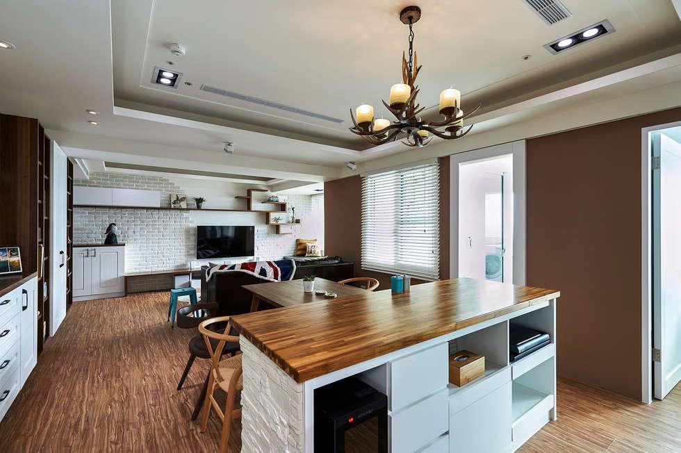 森林色系與鹿角燈,讓家更具療癒美感:  餐廳 by 青瓷設計工程有限公司