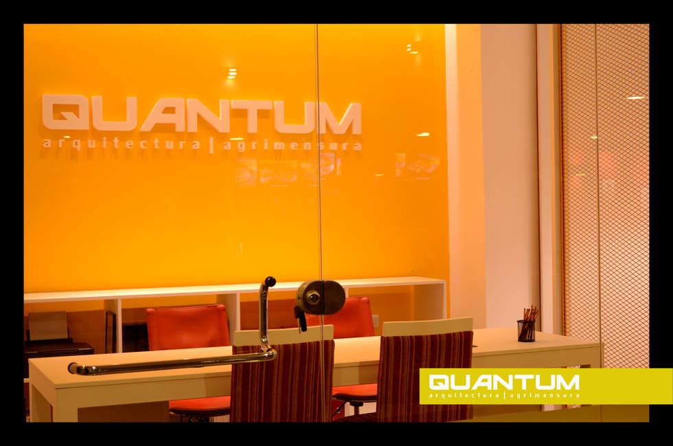 QUANTUM Arquitectura   Agrimensura: Oficinas y Tiendas de estilo  por QUANTUM   Arq. Betiana Denardi