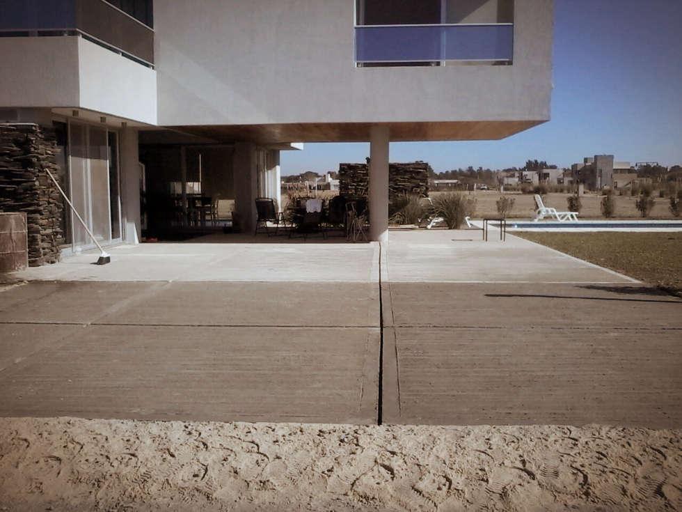 Plataforma ingreso vehicular: Garajes de estilo moderno por VHA Arquitectura