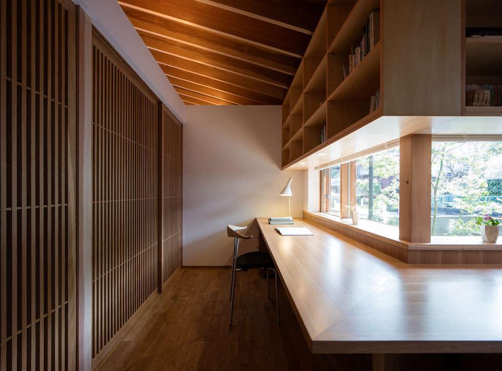 鞘ヶ谷の家: 柳瀬真澄建築設計工房 Masumi Yanase Architect Officeが手掛けた書斎です。