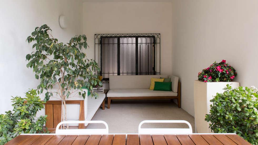Divani in legno massello su misura: Terrazza in stile  di Archifacturing