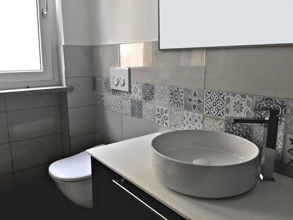 Bagno: Bagno in stile in stile Moderno di Aulaquattro