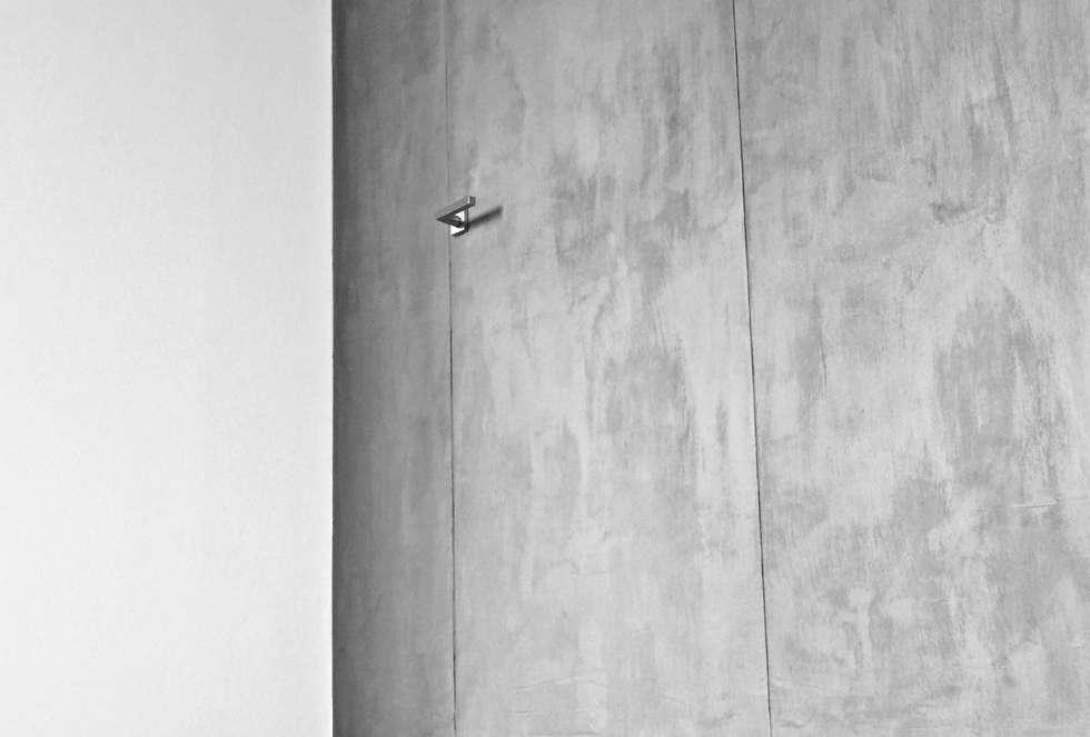 Porta filo muro: Finestre in stile  di Aulaquattro