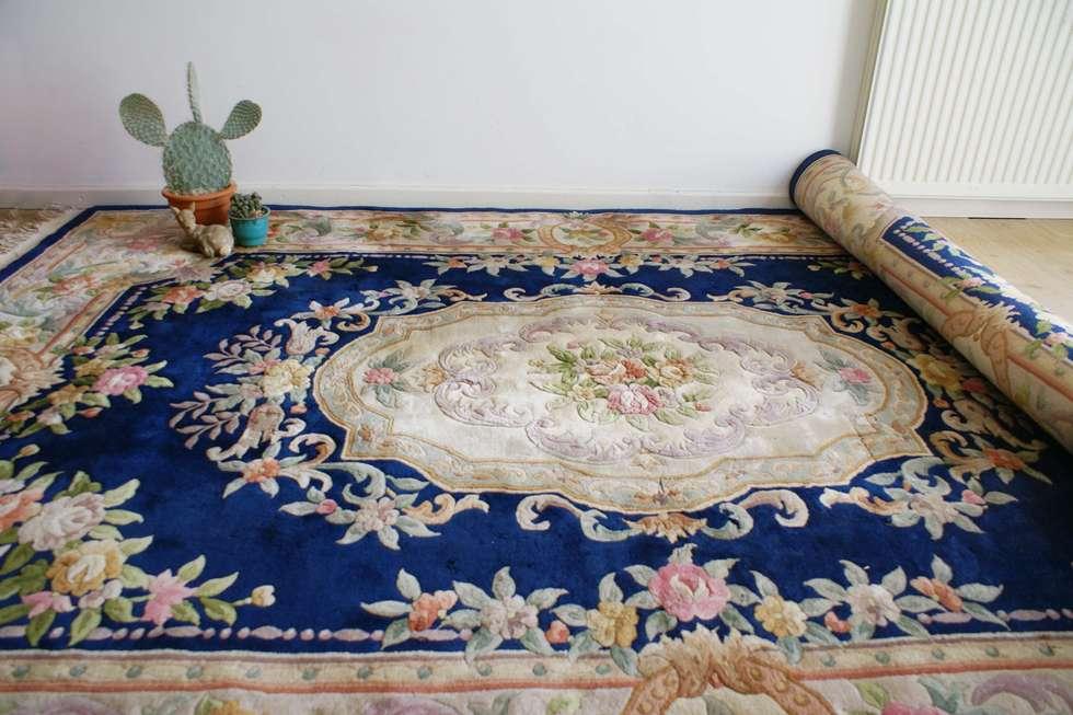 Blauw Perzisch Tapijt : Blauw perzisch vloerkleed met een versleten look kameraankleden