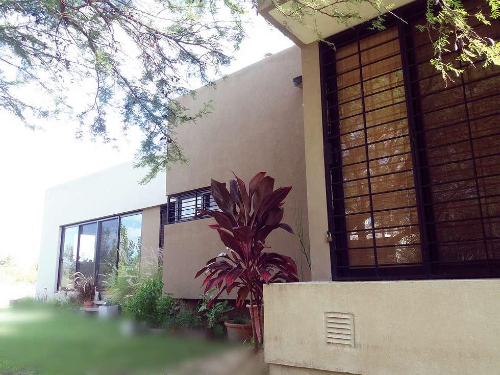 Fachada principal: Casas de estilo moderno por VHA Arquitectura