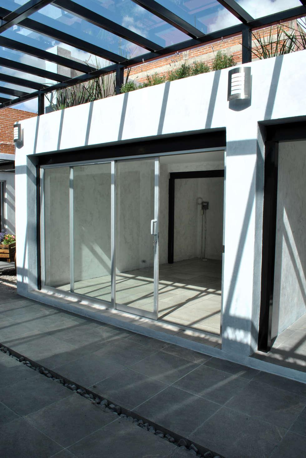 DETALLE DE LOCAL : Espacios comerciales de estilo  por Novhus Oficina de Arquitectura