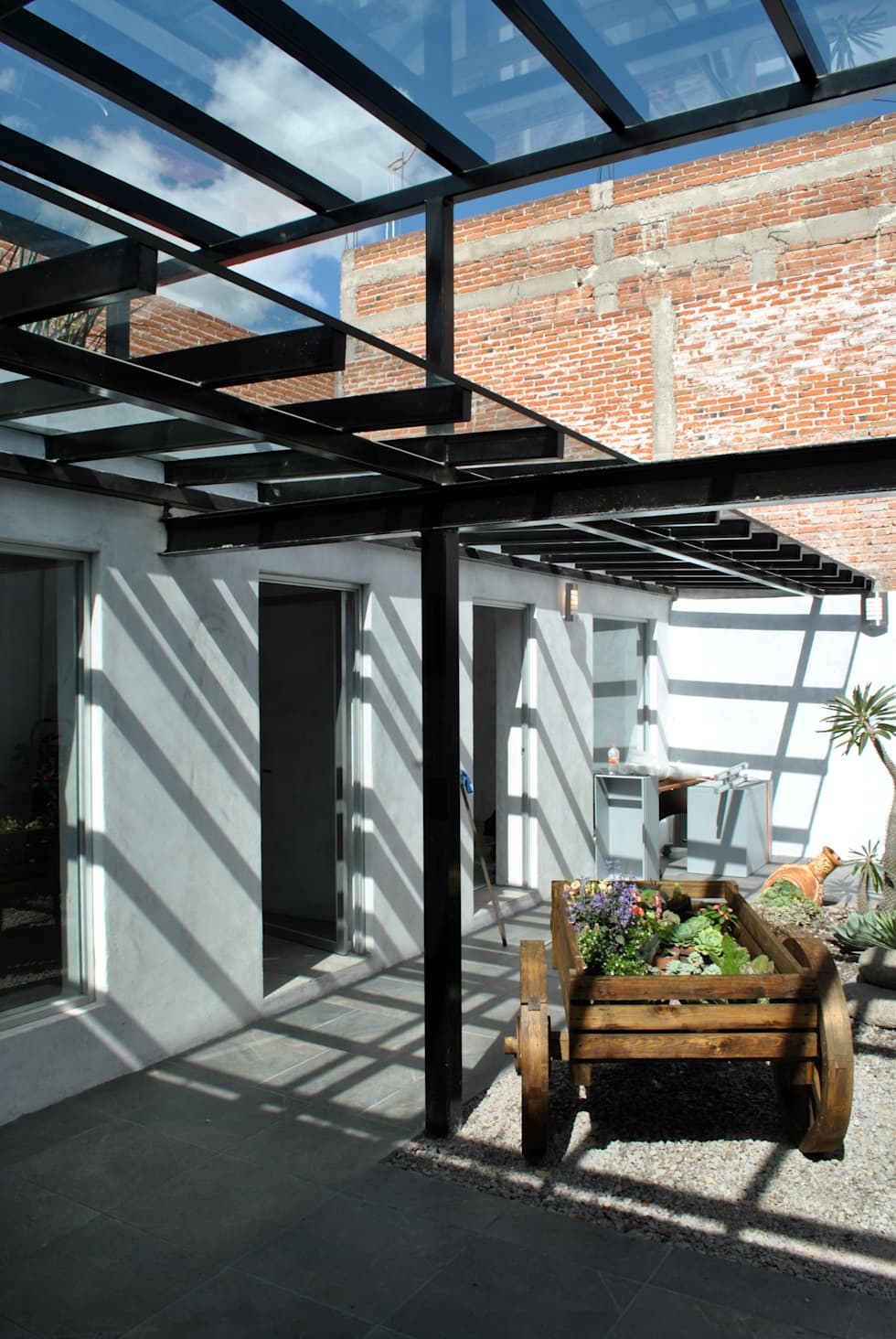 JARDIN : Espacios comerciales de estilo  por Novhus Oficina de Arquitectura