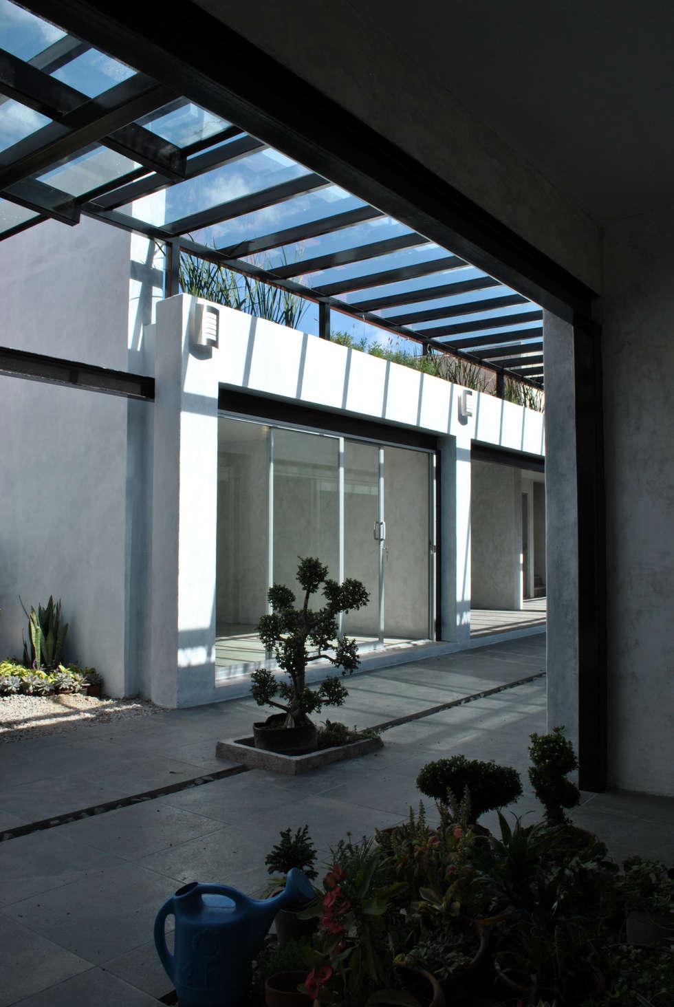 DETALLE CORREDOR : Espacios comerciales de estilo  por Novhus Oficina de Arquitectura