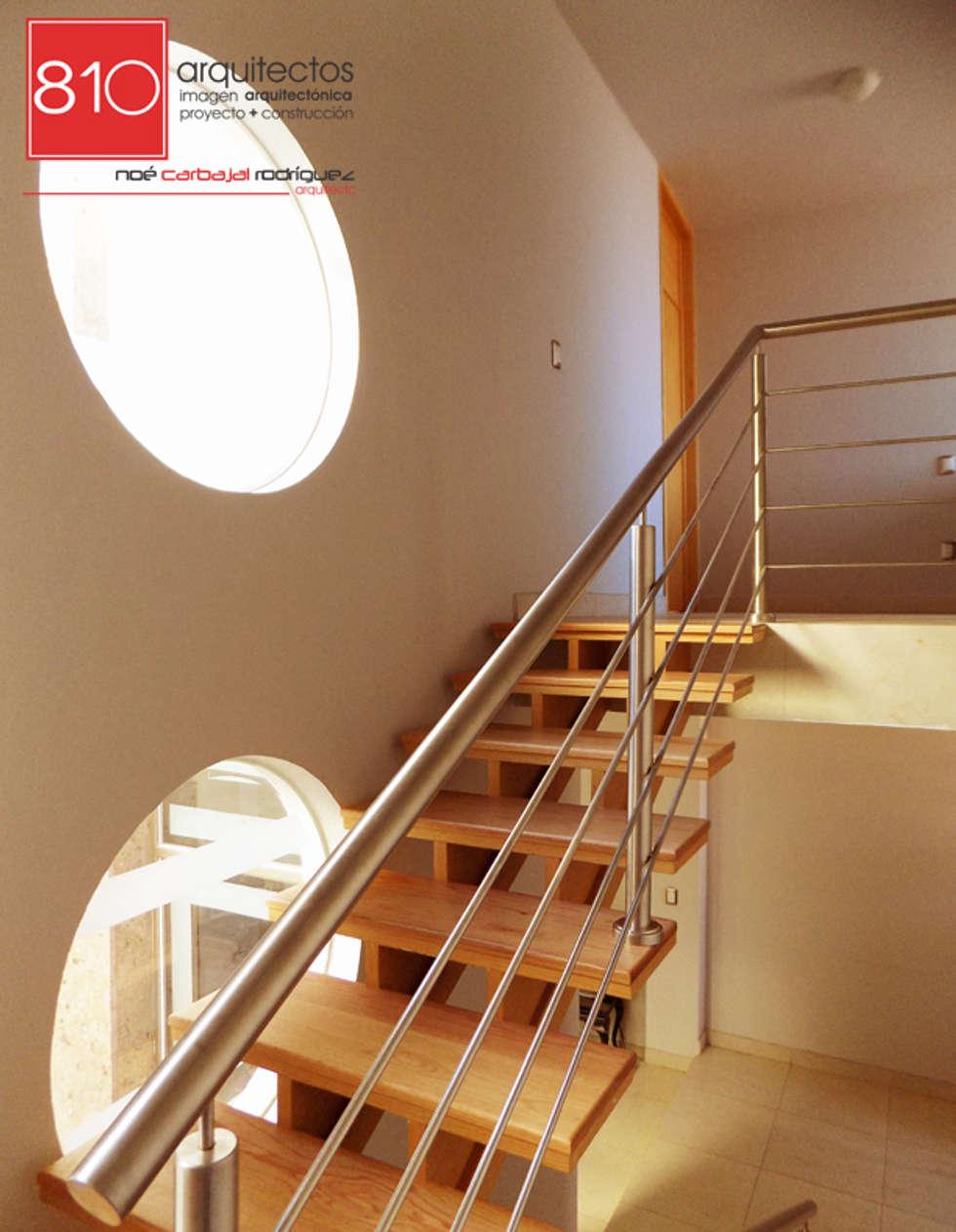 Casa Habitación y Notaria Parroquial : Pasillos y recibidores de estilo  por 810 Arquitectos