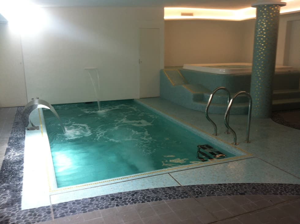 Piscina interna con spa  privata .: Piscina in stile in stile Moderno di Aquazzura Piscine