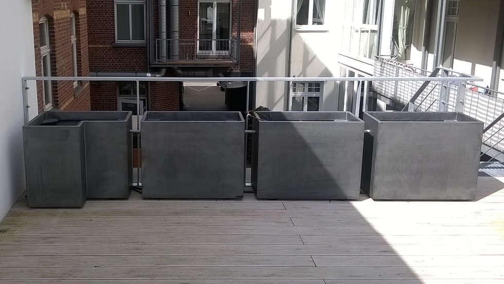 Installation sur site : Terrasse à Düsseldorf - Ensemble de jardinières patinées Zinc clef en main !: Bars & clubs de style  par ATELIER SO GREEN